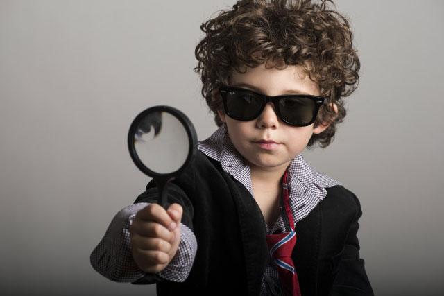 虫眼鏡を持っている探偵風少年